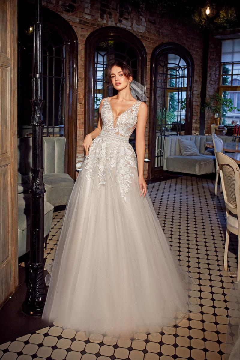 Свадебное платье с приталенным силуэтом и воздушной юбкой