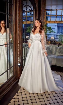Атласное платье с широким рукавом