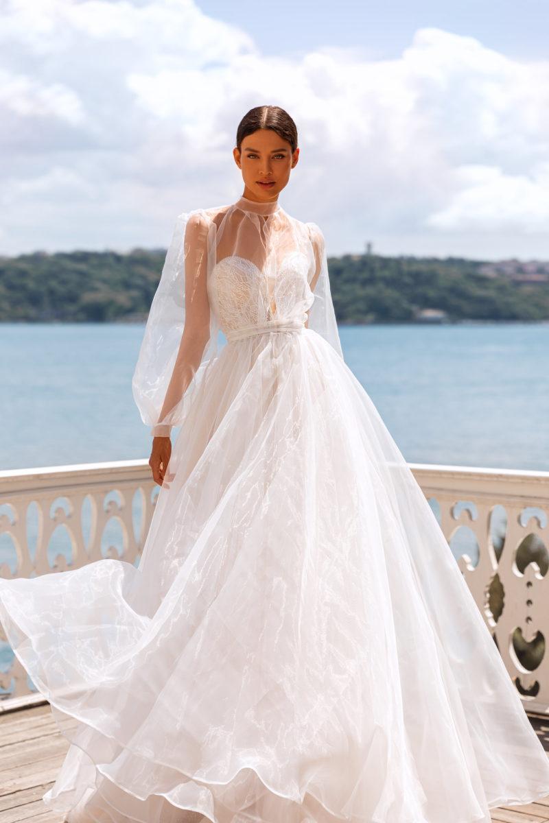 Платье с легкой верхней юбкой и накидкой