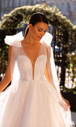 Пышное платье с акцентом на плечи