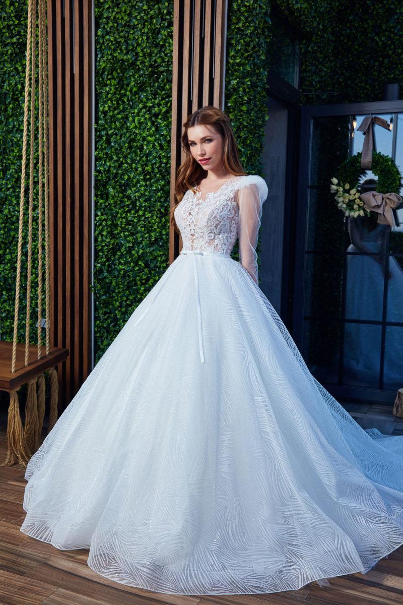 Пышное свадебное платье с ажурным верхом