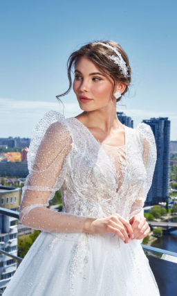Пышное платье с прозрачными рукавами