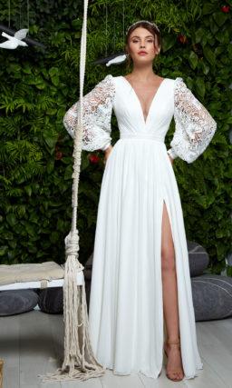 Прямое свадебное платье с ажурным рукавом