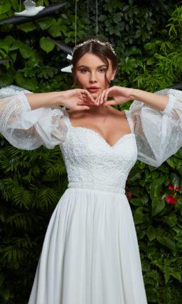 Прямое свадебное платье с рукавами из тюля