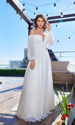 Прямое свадебное платье со спущенным рукавом