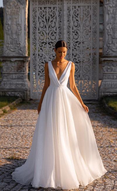 Пышное простое свадебное платье без рукавов