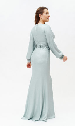 Облегающее голубое платье с рукавом