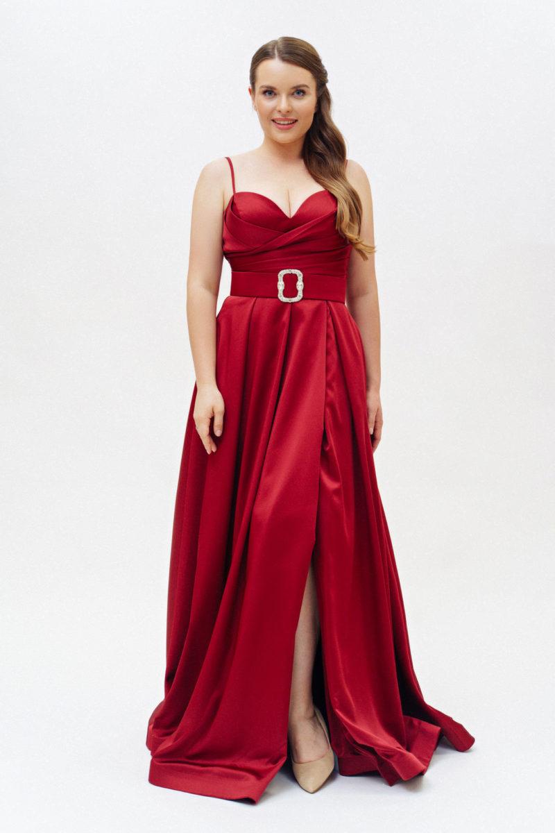 Бордовое платье plus size с поясом