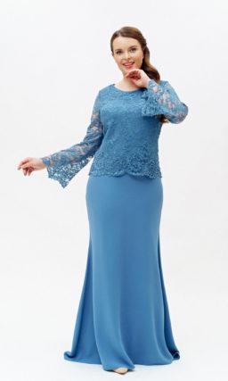 Голубое закрытое платье с рукавами