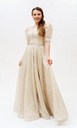 Светло-бежевое платье с коротким рукавом