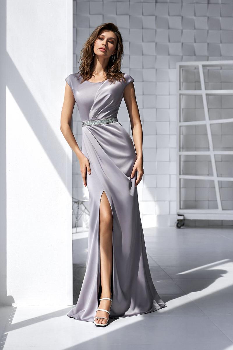 Серое платье с разрезом на ноге