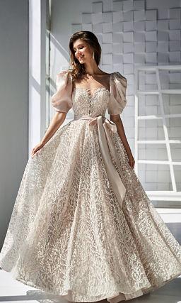 Бежевое платье с пышным объемным рукавом