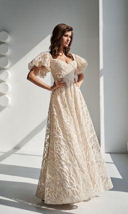 Бежевое платье с короткими рукавами