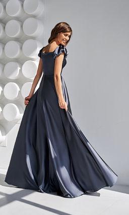 Черное платье с короткими рукавами