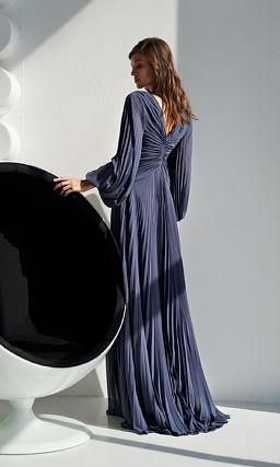 Красивое платье с длинными объемными рукавами