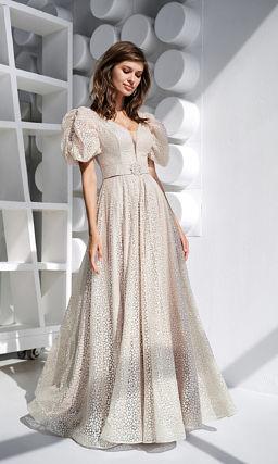 Свето-бежевое платье с короткими пышными рукавами