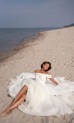 Красивое открытое свадебное платье