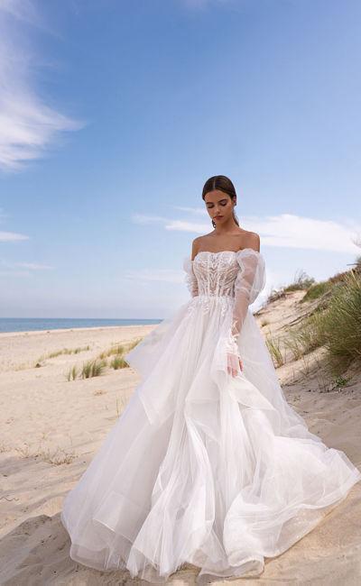 Платье с пышной юбкой и прозрачными рукавами